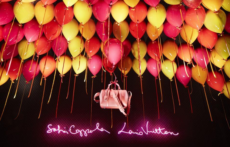 Ancora pochi giorni per ammirare il mondo da fiaba che Sofia Coppola ha creato a Parigi nelle vetrine del department store parigino Le Bon Marché, uno dei suoi negozi parigini preferiti. L'occasione è la presentazione della nuova borsa in limited edition SC bag di Louis Vuitton, una collezione nata nel 2009 e realizzata dalla stessa regista che cercava, senza trovarla, la propria borsa ideale. «Ho voluto che le vetrine racchiudessero tutto ciò che più amo» spiega Sofia Coppola. «Il mood delle vetrine esprime appieno alcune delle mie piccole passioni: amo i neon e i cuori, adoro i piccoli cerbiatti. Volevo che le vetrine avessero un tocco personale, vicino al mio mondo e che potessero divertire e affascinare tutte le donne». La limited edition in pelle cobalto bordata di fucsia sarà in vendita in esclusiva fino a dicembre a Le Bon Marché, prima di arrivare nei negozi Louis Vuitton di tutto il mondo.