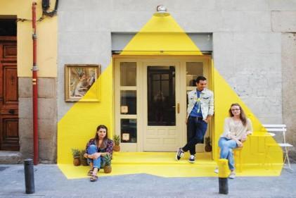 L'illusione luminosa creata con il nastro adesivo giallo all'ingresso di un ristorante di Madrid