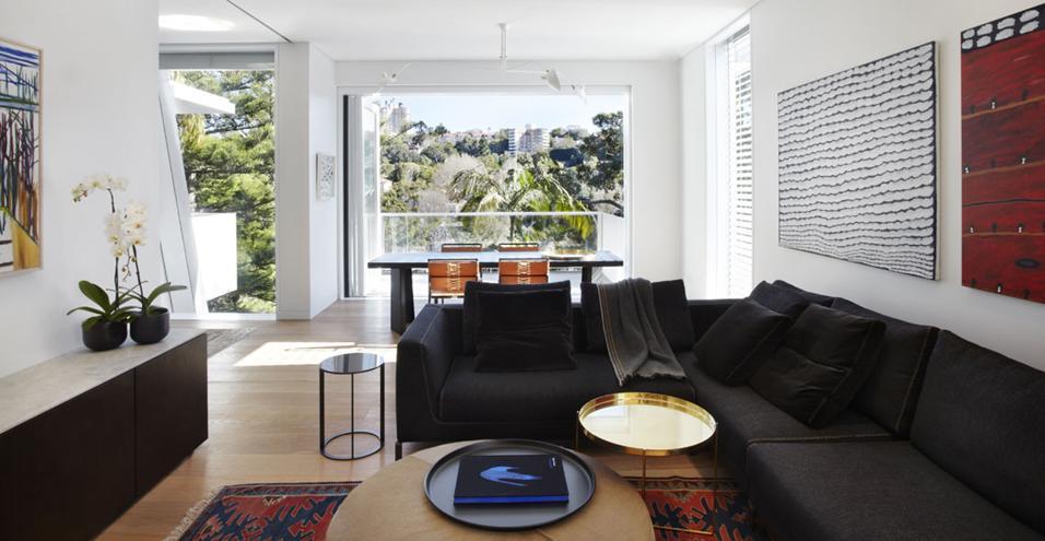 A Sydney lo studio PohioAdams disegna un'architettura che si allunga verso l'esterno per catturare la vista migliore. All'interno, ambienti ampi e luminosi, adatti a ospitare una coppia con tre figli