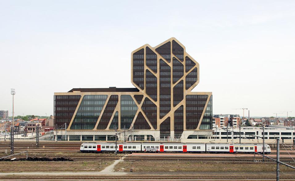 Tre studi di architettura per un unico, grande progetto. Jurgen Mayer H. Research con la collaborazione di a20 e Lens Ass architecten ha realizzato la nuova Corte di Giustizia di Hasselt, in Belgio. Un edificio pubblico multifunzionale di 20.763 mq diviso in tre unità separate: aule di tribunale, auditorium e biblioteca, e una torre dalla struttura irregolare con angoli smussati destinata agli uffici. In cima, a 64 metri di altezza, il ristorante panoramico. Il palazzo è parzialmente trasparente anche se i due blocchi sono all'apparenza molto scuri, merito della facciata protetta da una particolare griglia studiata per evitare il surriscaldamento degli interni e consentire al tempo stesso una giusta illuminazione naturale. Il progetto, cominciato nell'ottobre del 2008, si inserisce in un più ampio programma presentato dall'ufficio internazionale West8 che si occupa di riqualificazione urbana e prevede il recupero dell'asse ferroviario e la realizzazione di parchi, hotel, uffici e zone residenziali. Una curiosità: la torre è stata disegnata prendendo ispirazione dall'albero presente nello stemma ufficiale della città di Hasselt, il cui nome deriva da Hasaluth che significa nocciolo.jmayerh.de
