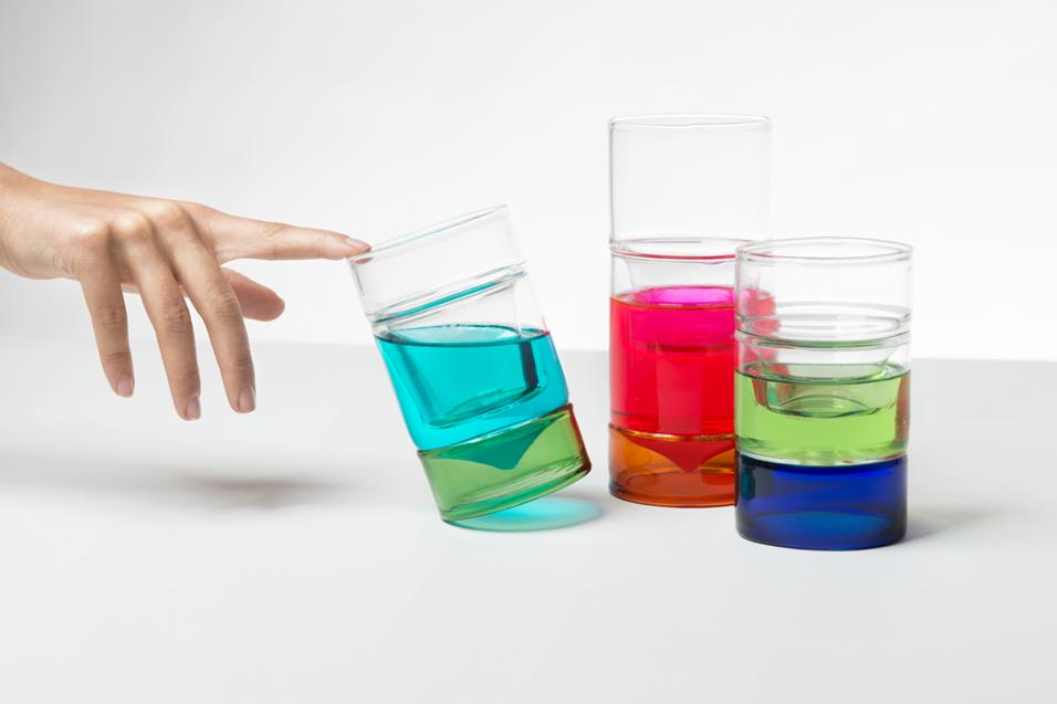 Una collezione di brocche e bicchieri che parte dall'idea del vetro a strati: un po' colorato, un po' trasparente. Al progetto Cristina Celestino di Attico