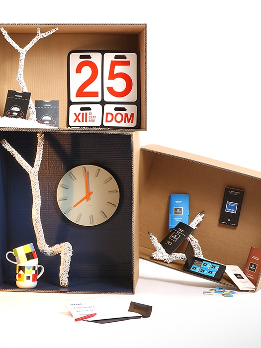 CHRISTMAS BOX UOMOAncora una visione d'insieme. In evidenza la coppia di disco orario Fabriano, il calendario perpetuo Formosa di Danese e nel box a destra, cioccolato di Amedei