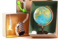 CHRISTMAS BOX TEENLa cameretta è il regno dei teen-ager. Tra calzini lasciati in giro e poster, qui si fa tutto, dai compiti allo svago. Potete pensare a un regalo come il mappamondo per i più piccoli o la cornetta da collegare agli smart-phone firmata Hi-Fun. Perfetta anche da appendere sulla scrivania la lampada al neon solare Plumen