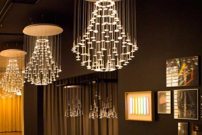 Sbarcano a Soho le sorgenti OLED dagli effetti spettacolari.Una vista dello scenografico show-room di luci Blackbody a Soho, New York. Gli chandelier sono opera di Thierry Gaugain