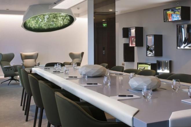 """Dimenticate le solite riunioni. Il designer francese Mathieu Lehanneur con il progetto """"Business Playground"""" ha ripensato l'ambiente e le regole dei meeting di lavoro a cui siamo sempre stati abituati. Si tratta di una stanza progettata per unire il piacere all'efficienza (due concetti che spesso pensiamo inconciliabili) realizzata all'interno del Pullman St Pancras hotel di Londra."""
