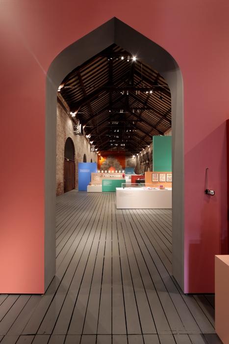 Al Grand-Hornu, in Belgio, la coppia dei designer Nipa Doshi e Jonathan Levien allestisce una selezione di oggetti 'made for India'