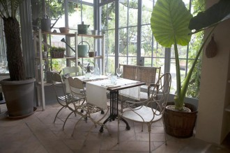Ha il fascino delle serre e la tranquillità di un giardino nascosto. Il ristorante Al Fresco, da poco aperto in via Savona 50 a Milano, dove c'era il negozio per arredi da esterno Compagnia dei Giardini, prende il nome dal termine italiano con cui gli anglosassoni definiscono il mangiare all'apertoalfrescomilano.it