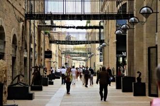 Un itinerario tra musei, locali e shopping per riscoprire la Città Vecchia e il lato più moderno della metropoli mediorentaleAlrov Mamilla AvenueProgettata dall'architetto israeliano-canadese Moshe Safdie, è un'arteria commerciale con negozi di moda, design, gallerie d'arte, ristoranti e caffè. Il venerdì i negozi sono aperti solo fino alle 15.30 per lo Shabat e il sabato riaprono dopo la fine della festività. 1 Mamila Av. tel. +97226360000alrovmamilla.com