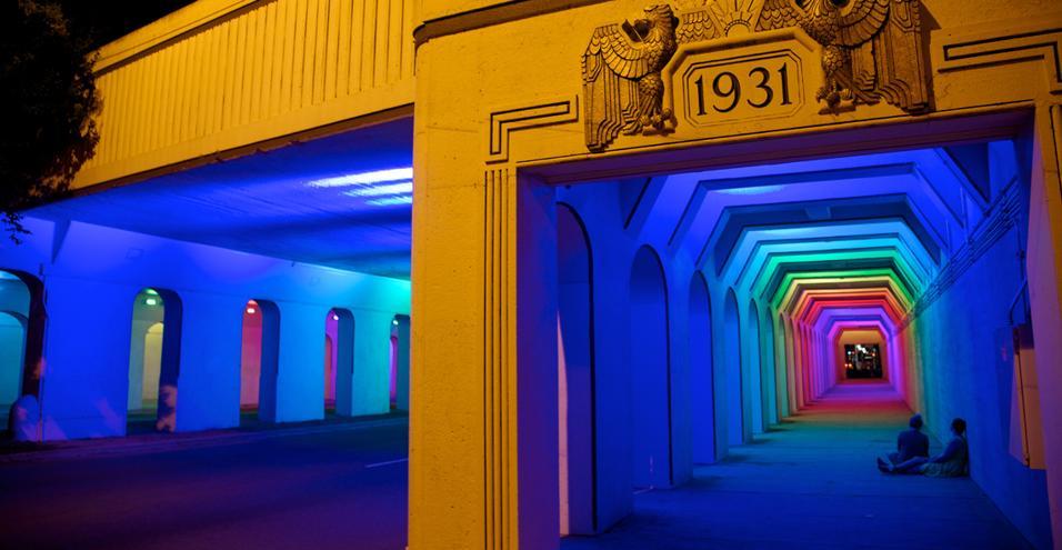 L'americano FitzGibbons illumina un tunnel pedonale con 250 LED colorati. In AlabamaL'installazione si intitola LightRails e vivacizza uno storico sottopassaggio nella città di Birmingham, USA