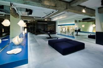 A Tokyo il nuovo flagship di Issey Miyake progettato dal designer Tokujin YoshiokaLo store Reality Lab, il primo che racchiude solo i progetti sperimentali di Issey Miyake, è un open space che si articola su tre livelli: tre spazi aperti, ognuno dedicato all'esposizione di una particolare linea della collezione di Issey Miyake .REALITY LAB. ISSEY MIYAKE5-3-10 Minami Aomaya, Minato-ku,Tokyo