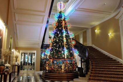 Gli stilisti creano l'albero per il Claridge's di Londra pensando alle loro origini, dai pupi siciliani alle feste di paeseUn po' di Italia nel cuore di Londra. Quest'anno il Claridge's hotel, uno dei più lussuosi della capitale inglese, ha chiesto a Domenico Dolce e Stefano Gabbana di realizzare l'albero di Natale che - a partire dal 26 novembre 2013 - sarà posizionato nella lobby.I due stilisti hanno spiegato: 'Attraverso il simbolo della festività abbiamo rivisitato le nostre origini. Il viaggio alla riscoperta delle nostre radici non poteva che iniziare in Sicilia con i pupi, i personaggi del teatro delle marionette che rappresentano sulle scene le gesta di Carlo Magno e dei suoi paladini: Orlando, Rinaldo, Bradamante, Falserone o Medoro si caratterizzano per la corazza e il mantello, con il pubblico che si lascia coinvolgere dallo spettacolo parteggiando per uno dei propri eroi'