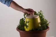 Leonardo Fortino ha messo a punto una composta domestica per riciclare l'organico per nutrire le piante di casa. IFU tende a responsabilizza l'utente sull'impronta ecologica della produzione