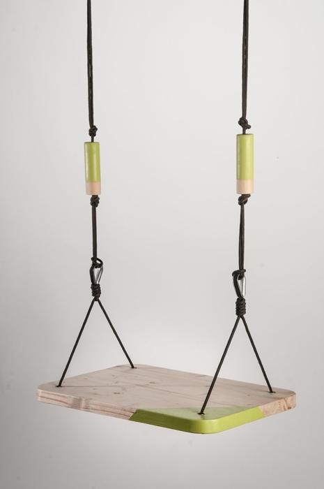 L'altalena, oggetto senza tempo, si chiama Heidi, l'ha progettata Gradosei con pochi elementi, ma con il dettaglio dei colori. Facile da riprodurre