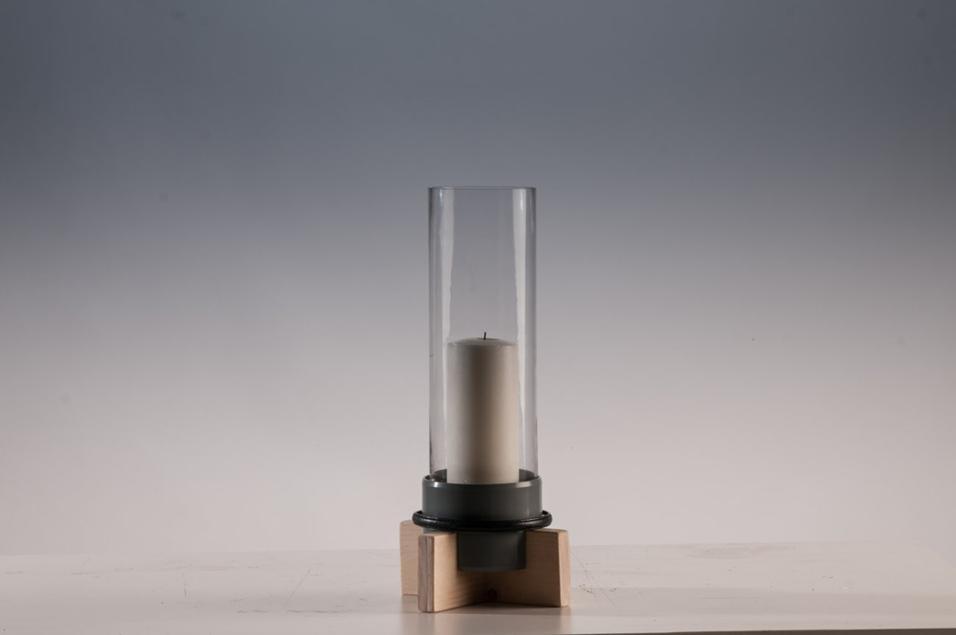 Minimale, ma efficace è la lanterna Wernher di Giulio Patrizi, direttore creativo di IFU. Come gli altri oggetti in collezione è pensata per usare materiali semi-lavorati facilmente reperibili a km zero