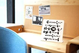 I designer immaginano il calendario del nuovo anno: ironico, poetico e opticaldi Giulia CarcaniImbroglioÈ firmato Jean Pierre Vitrac per twentytwentyone. Il cursore magnetico inquadra un solo numero e lascia indefinito il resto. Perché ogni giorno è unico