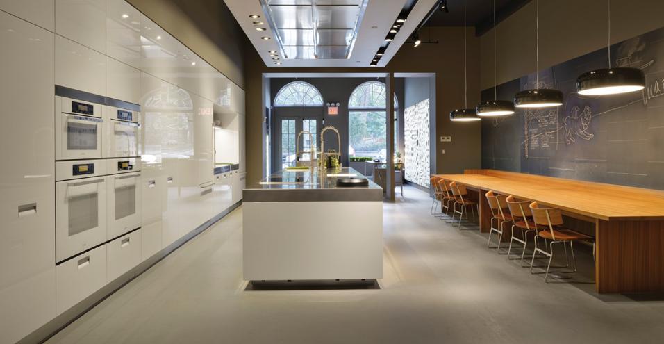 Il nuovo showroom di New York mette in mostra le cucine italiane. Sempre più livingUn interno dello showroom Arclinea di New York: in primo piano la cucina Italia, un omaggio alle origini del brand. I lampadari sulla destra sono di un altro produttore italiano: Flos, modello SmithfieldS, disegnati da Jasper Morrison