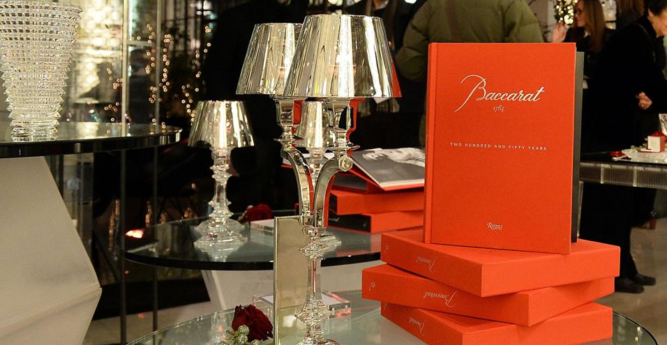 A Milano va in scena la celebrazione dei due secoli e mezzo della Maison franceseIl volume 'Baccarat 1764 – Two Hundred and Fifty Years', edito da Rizzoli New York, ritratto accanto alla lampada da tavolo in cristallo Baccarat Our Fire, design Philippe Starck