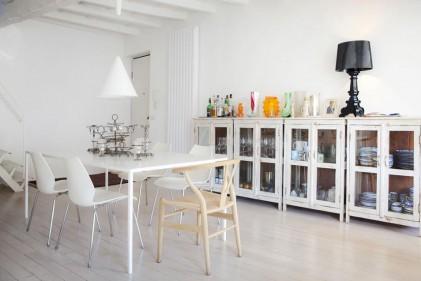 La casa si sviluppa su due livelli. Il living con cucina a vista al piano inferiore e la zona notte mansardata. Il bianco, scelto per gli arredi e per i rivestimenti, aiuta ad aumentare la luminosità