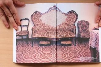 Un libro racconta 40 anni di mostre in appartamentoNell'immagine La Maestra di Minerbio, installazione dell'artista Nicola Pellegrini realizzata nel 1995 in provincia di Brescia. Diapositive e foglio di carta catramata nera a misura ambientale. Courtesy l'artista