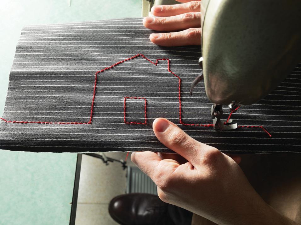 I legni Alpi trattati come tessuti. Colori forti e texture che imitano la tessitura