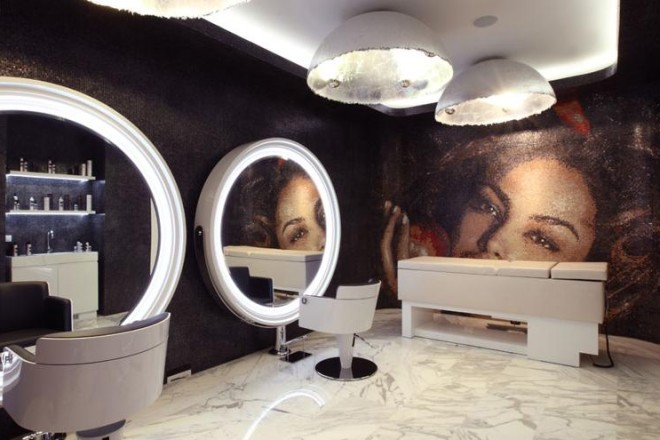 Uno spazio dedicato a bellezza e benessere. Tredici vetrine e 1000 mq di marmo bianco di Carrara in Corso Europa 7 a Milano. È il nuovo atelier Aldo Coppolaaldocoppola.it