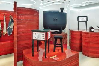 Lo speciale allestimento curato da Studio Toogood nello store londinese di Hermès in Bond Street. La scenografia è stata progettata per ospitare la collezione Petit h fino al 7 dicembre