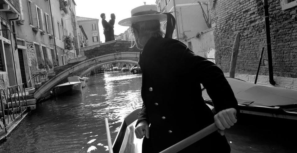 Antiquari, sale da tè, gallerie d'arte, boutique di moda: due curatori d'eccezione firmano la nuova City Guide di Louis VuittonIn occasione dei 15 anni dal lancio, la collezione di guide riparte con un nuovo corso e fa scalo su tutti i continenti, attraverso 15 città del mondo, di cui Venezia - a cura di Philippe Duboy e Oscar Duboy - è l'unica italiana. Ora festosa, ora misteriosa, la città tra cielo e acqua riserva il suo patrimonio artistico e la sua creatività contemporanea a coloro che, lontano dai flussi turistici, sanno perdersi nel suo dedalo di calli e canaliIn foto: traversata in gondola