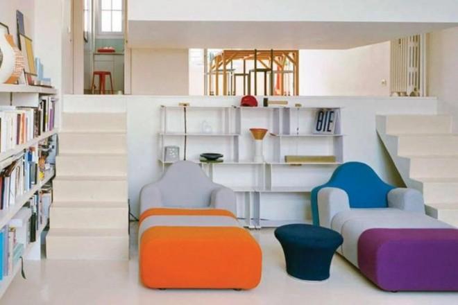 A Montrouge, a sud della Ville Lumière, un'inconsueta distribuzione degli spazi in un mini-appartamentoUna doppia scaletta conduce dal soggiorno all'ingresso. Come sedute, due poltrone multicolor Slice di Pierre Charpin