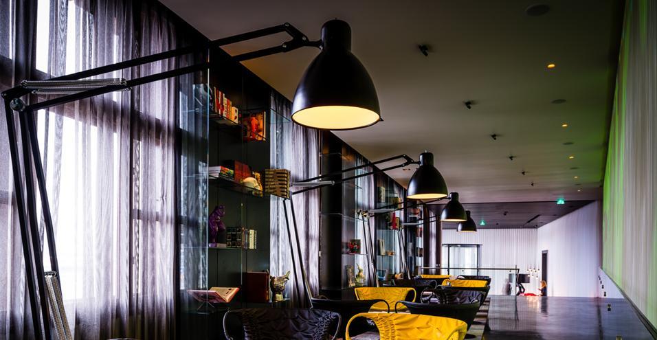 La catena Hotel Park Plaza apre ad Amsterdam un art hotel (art'otel Amsterdam) e un contiguo spazio polifunzionale (5&33) con ristorante, bar, biblioteca, lounge e galleria che vanno ad ampliare l'offerta d'arte garantita dai 300 metri quadri espositivi, interni all'albergo. Nella biblioteca, dove l'unico impegno è non portarsi via il libro, anche se è possibile acquistarlo, si legge sulle poltroncine Smock di Patrica Urquiola per Moroso, sotto la luce delle Giant 1227: le lampade che ingigantiscono la prima Anglepoise di George Carwardine in un'edizione lanciata per i suoi 70 anni