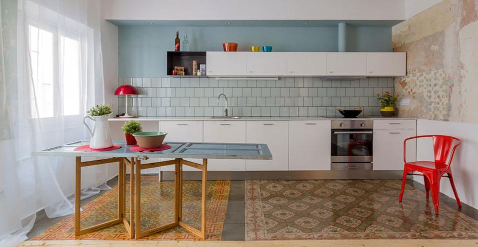 I segni sul pavimenti riescono a delimitare gli ambienti con delicatezza, senza creare barriere. Gli arredi e gli oggetti provengono dal negozio spagnolo Casa Jornet