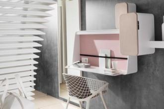 L'angolo lavoro di una delle camere dell'Okko Hotel di Nantes. Gli interni sono stati progettati dal designer Patrick Norguet, così come la sedia Kobi, nell'immagine,  prodotta da Alias