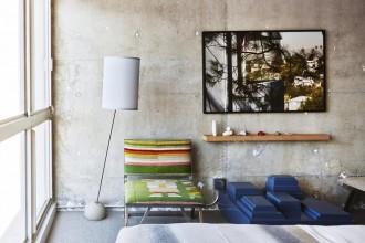 Stile ruvido. È quello del nuovo hotel The Line di Los Angeles, recentemente ristrutturato su progetto dello studio Knibb Design, che punta sui contrasti: pareti di cemento lucido, tessuti colorati, arredi di design e stampe fotografiche astratte