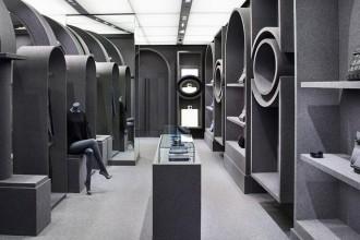A Parigi la nuova boutique degli olandesi Viktor&Rolf. Tra archi, volte colonne e agorà. Interamente rivestiti in feltro
