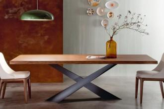 Sempre più leggeri, tavoli e sedute sono declinati in forme originali, ottenute  con materiali hi-tech. Piani di ceramica sottilissima si accompagnano a sedie plastiche in nylon rinforzato. Per una sala da pranzo che unisce funzionalità e arte del ricevereRiflessi