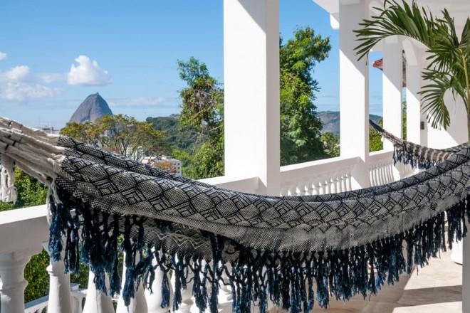 Una villa di lusso accoglie un albergo esclusivo, arredato come se fosse una casa. Con un panorama mozzafiato.Montmartre carioca