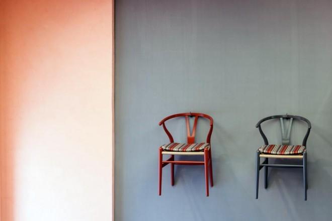 Per festeggiare il centenario della nascita di Hans J. Wegner, Carl Hansen & Søn presenta al Fuorisalone una limited edition di arredi in collaborazione con Paul Smith e Maharam