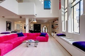 A Londra un'abitazione dallo stile contemporaneo ricavata in una chiesa sconsacrata. Arredi dai colori squillanti danno vita ad allegri accostamenti cromatici in uno spazio total white