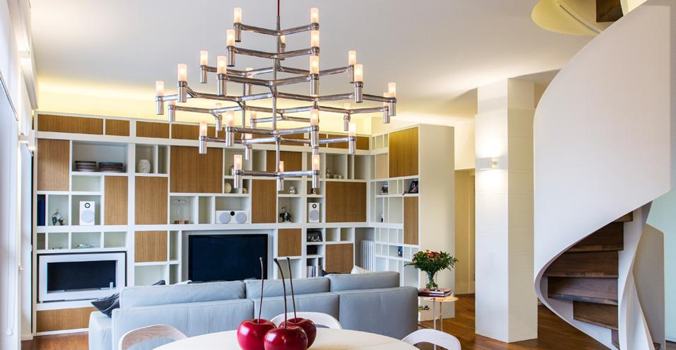 Un posto per ogni cosa. Come fare ordine in un appartamento in centro città. Protagoniste pareti attrezzate e pannelli scorrevoli La libreria multifunzione
