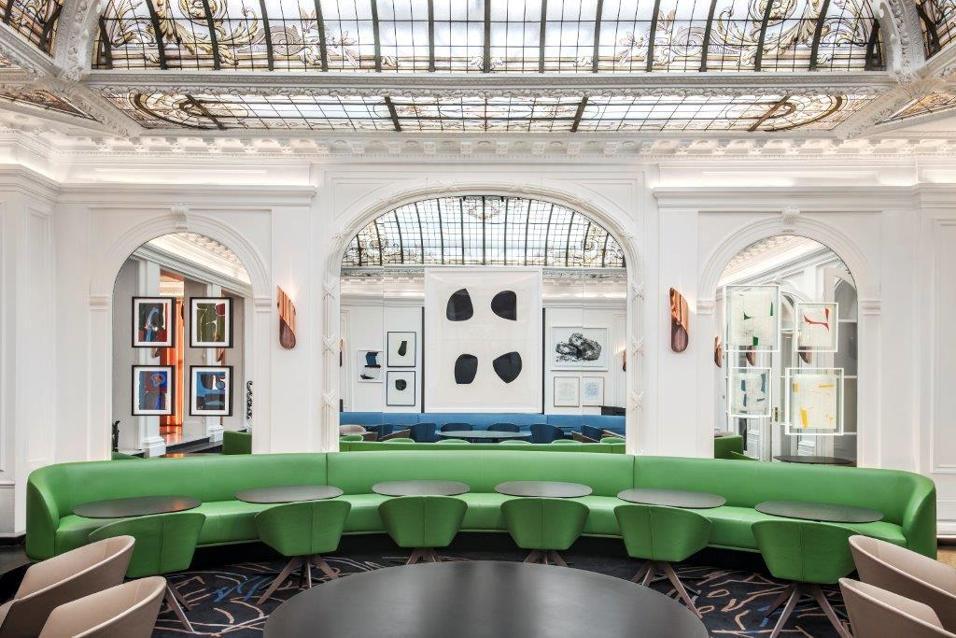 François Champsaur firma il restyling dello storico albergo parigino. 30 stanze rinnovate e un ristorante dall'aria contemporanea sotto la cupola in vetro disegnata da Gustave Eiffel