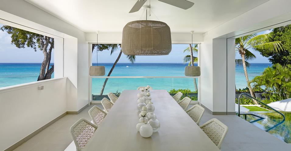 Il non colore è stato scelto dall'arredatrice inglese Kelly Hoppen come leitmotiv di un'esclusiva residenza esoticaGrande tavolo conviviale