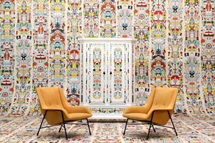 La carta da parati porta una ventata di décor nella casa. Le soluzioni d'arredo a tutta invenzione vanno dall'ingresso al bagnoIntricata e ironica