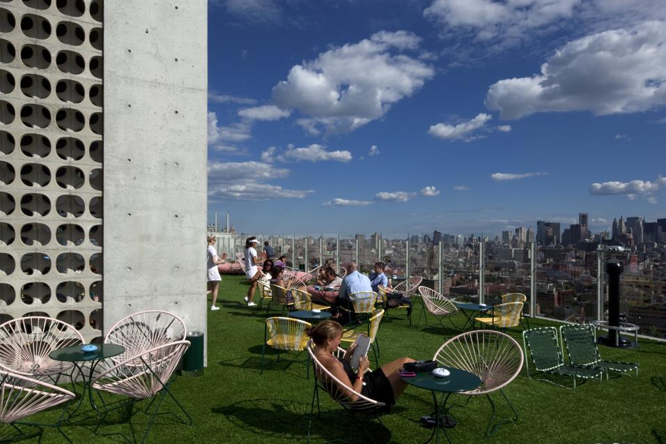 Bar, ristoranti e cinema conquistano i piani alti degli edifici. Da New York a Milano, il ritrovo è in terrazza: 15 rooftops da cui ammirare la città