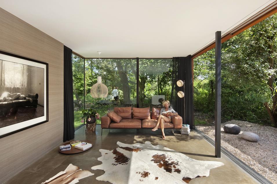 Nel rigoglioso parco naturale di Santpoort, una villa ampliata enfatizzando al massimo il rapporto con il paesaggio Gusto contemporaneo