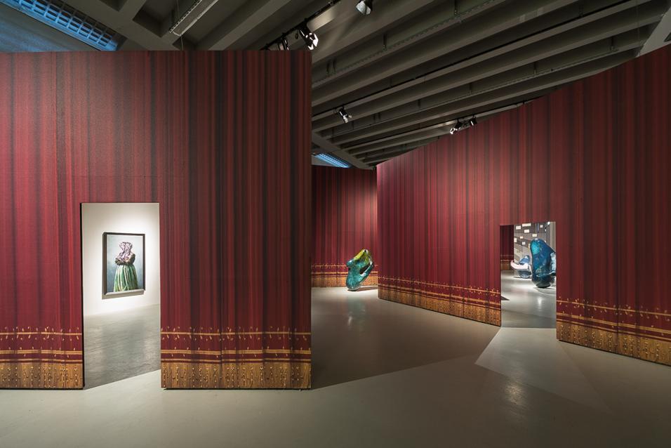 L'artista austriaco Markus Schinwald dialoga con le scenografie del Teatro alla Scala. In mostra alla Triennale di Milano fino al 15 giugno