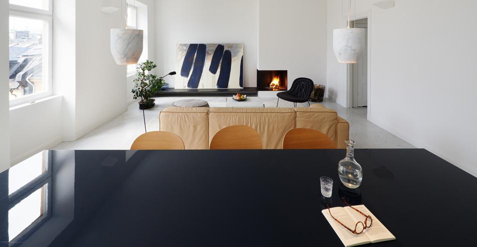 Nel centro storico di Stoccolma un appartamento firmato dagli svedesi Claesson Koivisto Rune: arredi di design, colori tenui e spazi luminosiIlluminati dal marmo