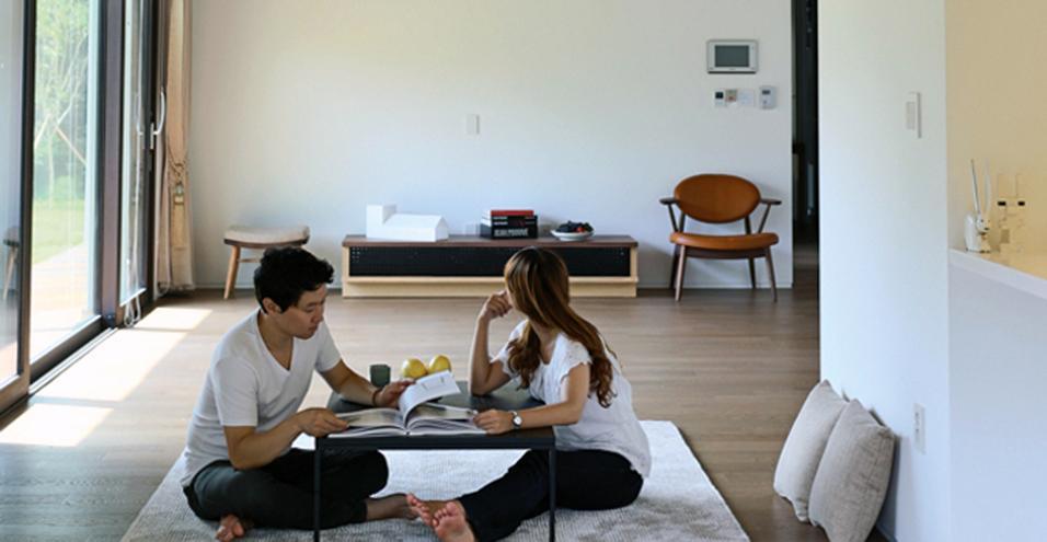 Un'abitazione di campagna immersa nel paesaggio e arredata secondo il gusto minimalista tipicamente asiatico. Un progetto firmato Tru Architects