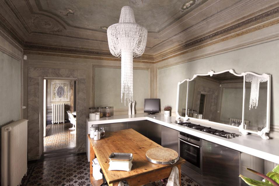 Dalle pentole appese alla scelta del materiale: 10 idee da copiare tratte dalle case più belle
