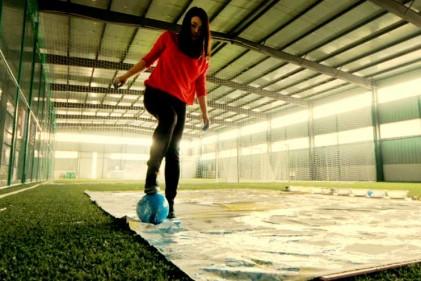 L'artista malese Red Hong Yi disegna i grandi del calcio con piedi, pallone e vernice colorata