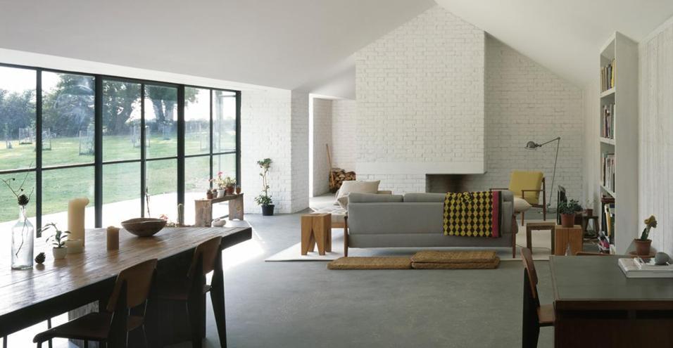 Nella contea di Norfolk, una casa dallo stile minimal costruita per un gallerista nel cuore della campagna inglese