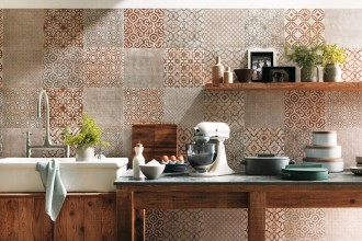 Nella zona operativa e conviviale della cucina, pareti e pavimenti in ceramica: materiale igienico, facile da pulire e antimacchiaToscana rivisitata